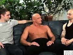 Нарощенные мышцы красивого мужчины для молодых геев
