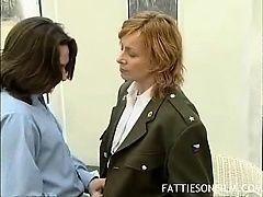 Толстая старая блондинка с униформе трахает молодого парня