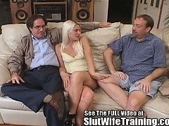 Жена блондинка трахается, в то время как муженек смотрит