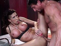 Мамочка с массивными банками Kayla Carrera трахается в жопу с большим членом мускулистого бугая