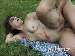 Старая волосатая пизда для большого члена на траве