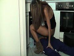 Возбужденная пара трахается в кухне