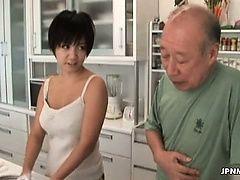 Возбужденная азиатская мамочка трахается со старым ебарем