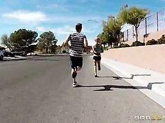 Грудастая мамочка соблазнила молодого парня на пробежке
