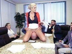 Опытная секретарша с большими дойками обслуживает собрание старших партнеров