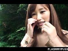 Распутная азиатская молодая шлюха в одежде в сеточку