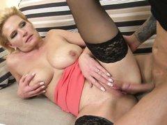 зрелая блондинка в черных чулках оценивающе смотрит на нового ебаря