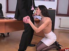 красавица секретарша сосет хер шефа стоя на коленях