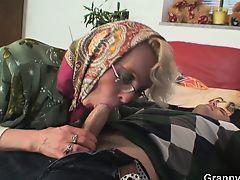 бабулька чувствует вкус молодого крепкого хуя