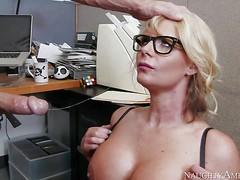 Грудастая начальница Phoenix Marie любит сосать новые члены в перерыве