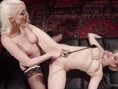 Озабоченная госпожа наказывает хлыстом связанную рабыню