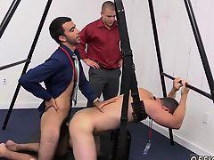 Двое мужчин геев трахают симпатичного парня