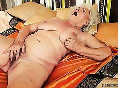 Старая бабка ласкает свою волосатую манду