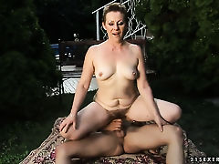 Брюнетка находится в сексуальном экстазе