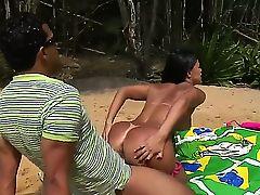 Грудастая бразильянка Adryanna Duarte с большой жопой трахается на пляже
