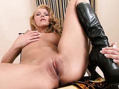 Белокурая распутная Cindy Hope в высоких кожанных сапогах