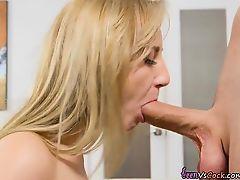 Блондинка Rosyln Belle наслаждается большим членом
