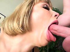 Распутная блондинка с карими глазами Adrianna Nicole берет хуй Jonni Darkkos
