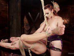 Рыжая госпожа ебет в жопу связанного раба