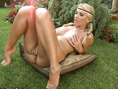 Блондинка вставляет игрушку в киску после сексуального стриптиза