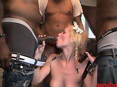 Грудастая блондинка жадно сосет большие черные члены