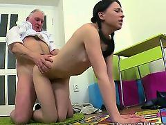 Сарый дед ебет молодую девку раком на полу