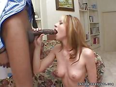 Блондинка с натуральными сиськами сосет огромный черный хуй