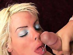 Крендель кончает в широко раскрытый рот похотливой блондинке