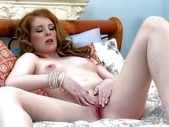 Порнозвезда Nicole Hart ласкает свою бритую пизду