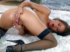 Потрясающая порнозвезда Emily Addison раком мастурбирует на полу