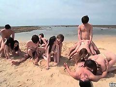 Азиатские парни и девушки трахаются на пляже