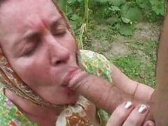 Старая бабка берет в рот и дает в жопу на огороде