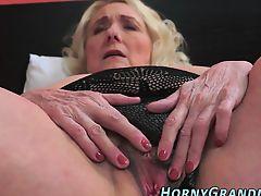 Грудастая бабуля ласкает свою волосатую пизду
