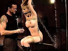 Похотливый мужик связал сиськастую Isabell Cat и пытает ее