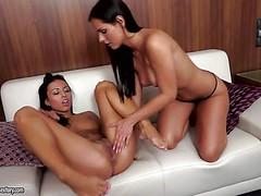 Смуглые лесбиянки Bailey Ryder и Kari Sweets ласкают свои щелки