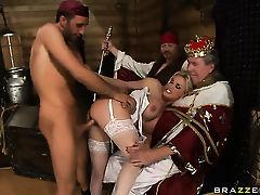 Толстый старикан наблюдает как арабские парни трахают сиськастую Diamond Foxxx в чулках