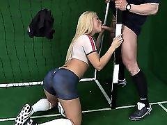 Спортивная блондинка Kassey Krystal с аппетитной попкой сосет у вратаря
