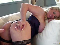 Грудастая мама Ashley Downs в чулках ебется в большую жопу
