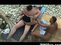 Неопытная телка трахается с мужиками на пляже