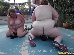 Огромные жирные леди оседлали межрасовых парней