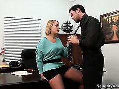 Босс выебал горячую секретаршу на столе