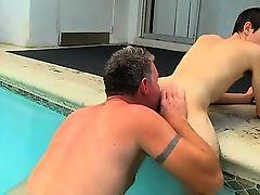 Седой папочка лижет упругую попку парнишки в бассейне