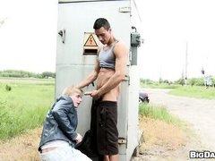 Мускулистый гей выебал в рот невинного блондина за трансформаторной будкой