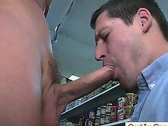 Мужик сосет хуй в супермаркете