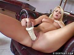 Грудастая блондинка Nikki Sun ебет себя большим дилдо