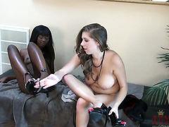 Брюнетка Ana Foxxx трахается с черной лесбиянкой