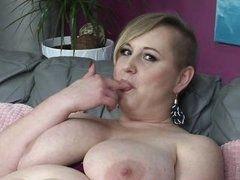 Толстая блондинка ласкает свои массивные буфера и трахает себя пальцами