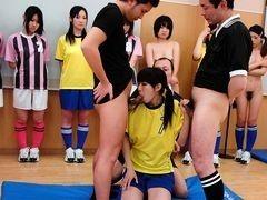 Тренер и судья трахают женскую футбольную команду после тренировки