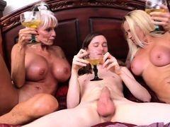 Две старые проститутки с большими буферами делят молодой член