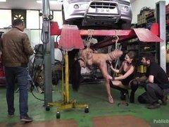 Механики трахнули связанную телку в автомастерской